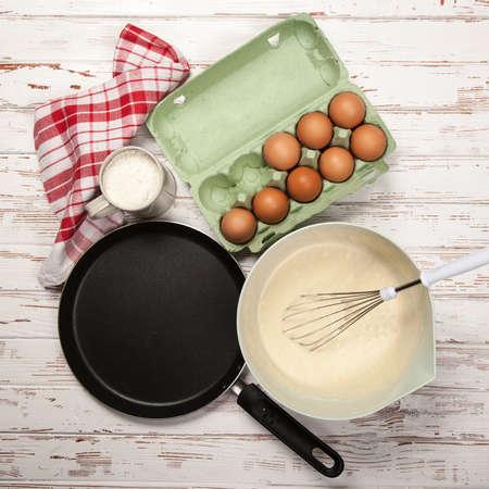 hot cakes: Preparar la masa para panqueques - los huevos, la harina, la leche Foto de archivo