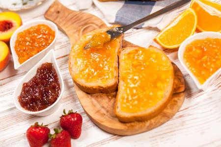 pain: Tranches de pain avec de la confiture pour le petit d�jeuner