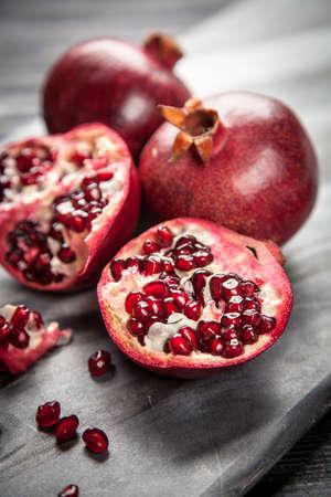 comiendo frutas: Jugo de granada roja sobre fondo oscuro Foto de archivo