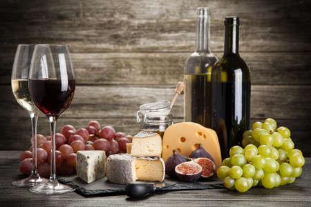 bebiendo vino: Bodegón de vino y queso