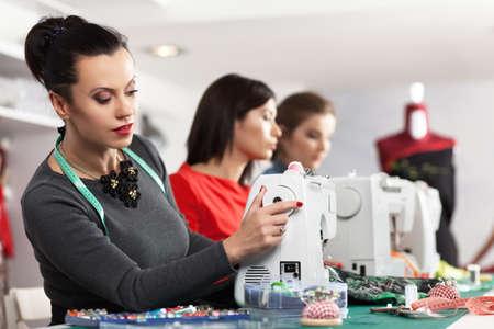 maquinas de coser: Grupo de mujeres en un taller de costura Foto de archivo
