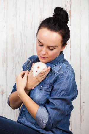 rata: Mujer hermosa joven con una rata mascota