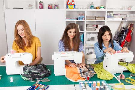 Gruppe von Frauen in einer Nähwerkstatt