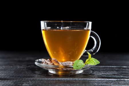 Tasse de thé chaud sur fond sombre