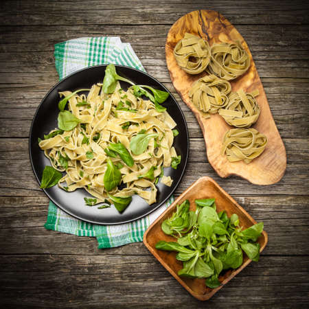Cooked tagliatelle pasta with greens and grated parmesan cheese Banque d'images