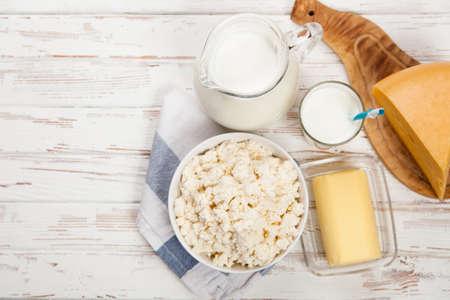 Latte e latticini su un tavolo di legno
