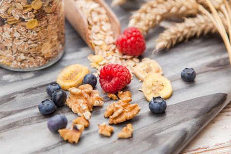 comiendo cereal: desayuno saludable - muesli con las bayas