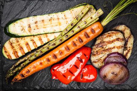 berenjena: Surtido de verduras a la parrilla sobre fondo oscuro