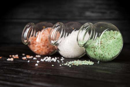 mare agitato: Diversi tipi di sale da cucina su sfondo nero Archivio Fotografico