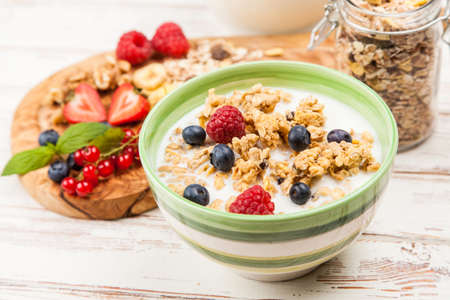 Healthy breakfast - muesli with berries Фото со стока - 61188858