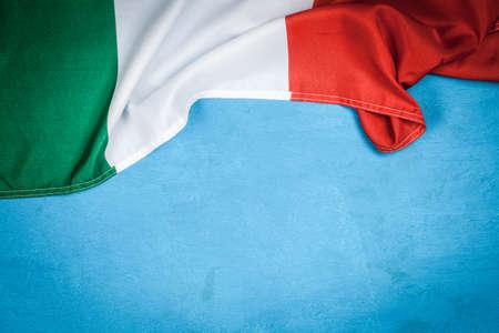 Italiaanse vlag op lichtblauwe achtergrond Stockfoto