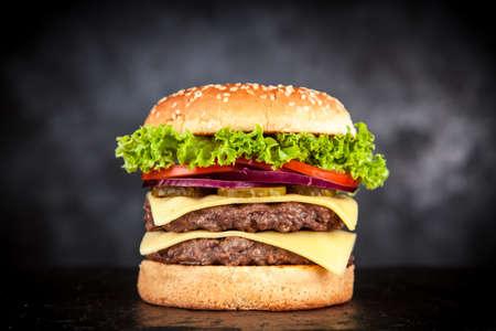 黒い背景に美味しい焼きバーガー