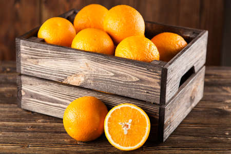 Verse sinaasappelen in een krat