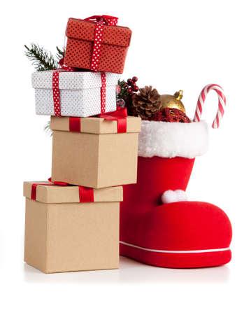 Santas Schuh auf weißem Hintergrund Standard-Bild - 84505813