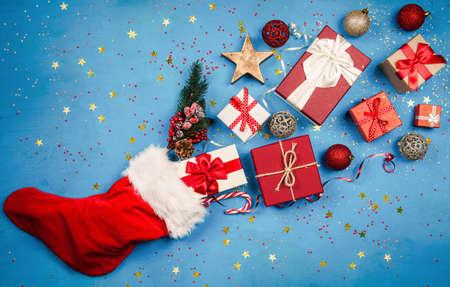 Kerstcadeautjes vloeien uit de kousen van Santas