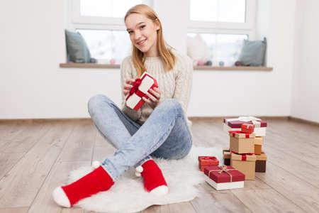 십 대 소녀 크리스마스 선물 스톡 콘텐츠