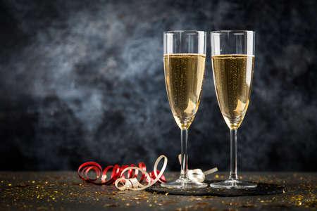 Due bicchieri di champagne in glitter dorato