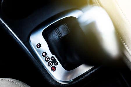 자동차의 자동 변속기 스틱 스톡 콘텐츠