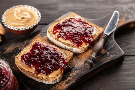 Erdnussbutter-Marmelade-Sandwich Standard-Bild