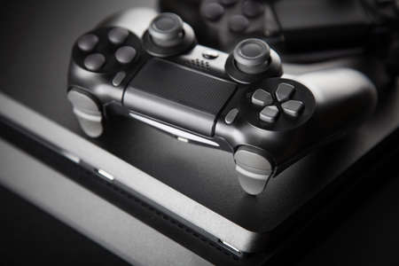 Gaming console and controller