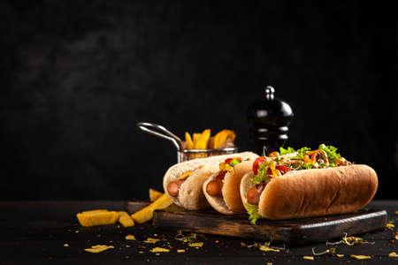 Drei leckere Hotdogs
