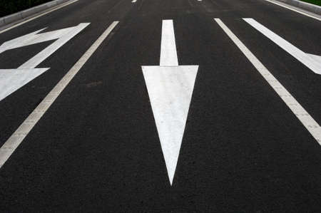 perspectiva lineal: La flecha de direcci�n en la carretera Foto de archivo