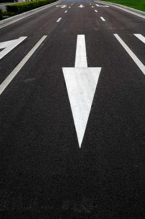 perspectiva lineal: La gran flecha de direcci�n en la carretera Foto de archivo