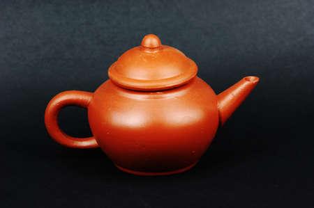 chinese tea pot: Arcilla roja chino tetera sobre fondo negro