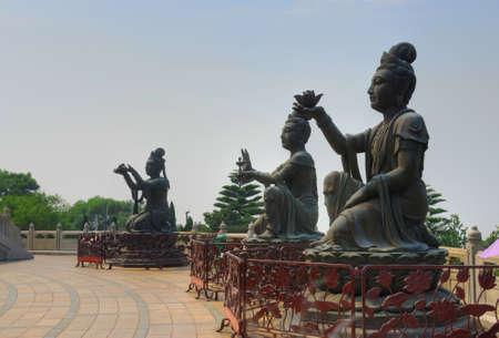 sacrificio: Sacrificio estatua de Buda en la cima de una colina en la isla de Lantau Hong Kong.