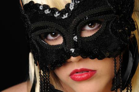 Mooie blonde vrouwen in het zwart masker