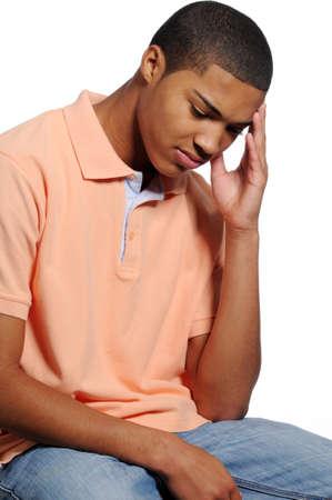 Jonge Afro-Amerikaanse Man Tiener met bezorgde blik op het gezicht