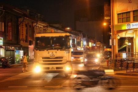 Deze reeks werd vastgelegd tijdens mijn reis naar singapore, ik keek op deze hoek van de straat alle voertuigen plotseling verbluft. de fietser kruiste de weg met hoge snelheid. Ik hield van dat frame en de stijl helaas kreeg ik deze foto.