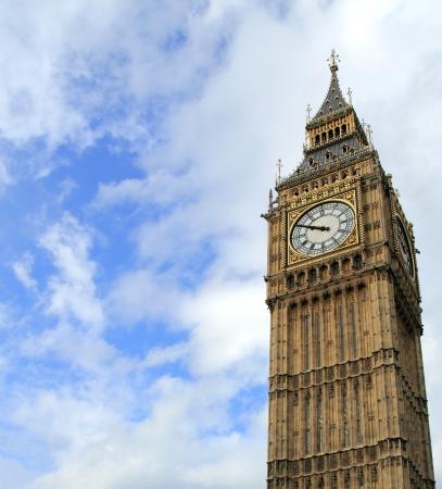 런던 빅 벤에 흐린 푸른 하늘