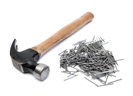 the hammer: la mano el martillo con el mont�n de clavos de m�s de blanco