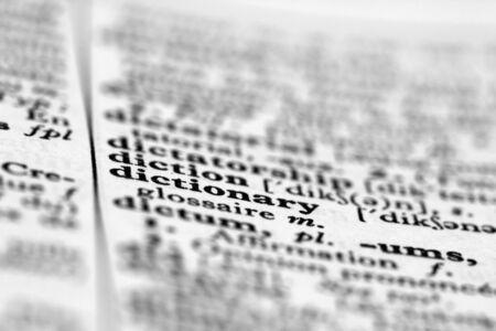 macro beeld van een open woordenboek pagina met de nadruk op het woord woordenboek