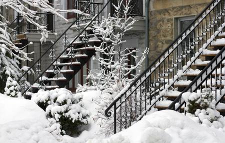 residential neighborhood: Primer plano de un barrio residencial de Montreal en invierno Foto de archivo