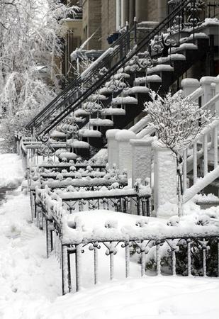 residential neighborhood: primer plano de un barrio residencial de Montreal en invierno