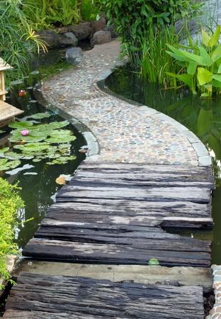 ponte giapponese: percorso passerella oltre Lotus stagno Archivio Fotografico