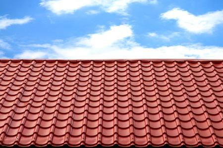 shingles: techo rojo con el cielo azul Foto de archivo
