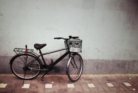 Bicicleta vieja contra una pared