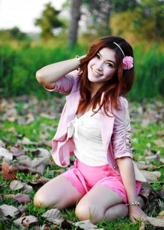 Portret piękne młoda dziewczyna azjatyckich w trawie Zdjęcie Seryjne