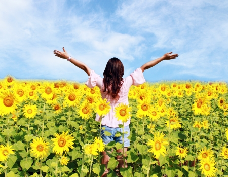 Women in the field of sunflowers 免版税图像
