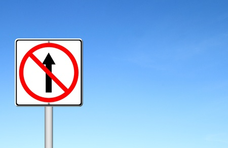 seguir adelante: No siga adelante el camino, no hay se�ales de avance con cielo azul en blanco para el texto