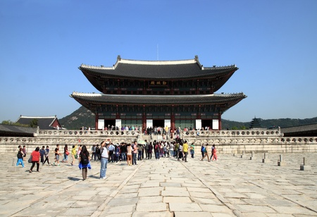 SEOUL, SOUTH KOREA - OCTOBER 4: People visit Gyeongbokgung palace on October 4,2012 in Seoul, Korea. It is the largest palace of the South Korea built by the Joseon Dynasty. Stock Photo - 15792670