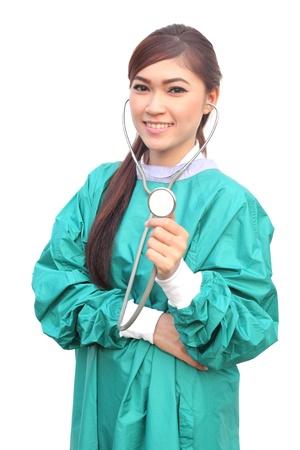 vrouwelijke arts het dragen van een groene schrobt en stethoscoop op een witte achtergrond
