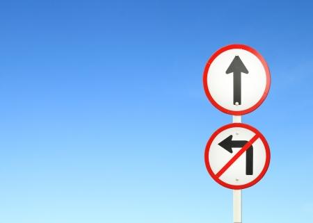 seguir adelante: adelante el camino, hacia adelante firme y no encienda signo izquierdo con cielo azul en blanco para el texto