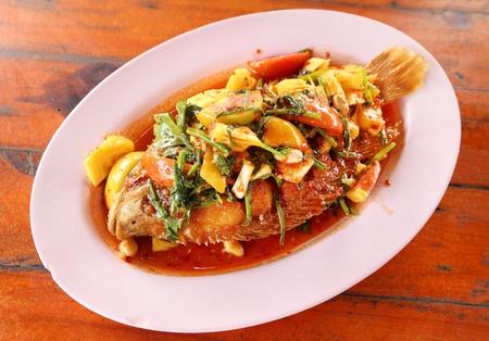 Ruby pescado frito con salsa dulce, Sauer y caliente en el plato Foto de archivo - 21882028