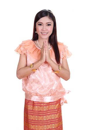 identidad cultural: mujer que llevaba t�pico tailand�s respeto de pago, vestido aisladas sobre fondo blanco, la cultura identidad de tailandia