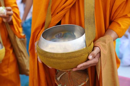 limosna: Cuenco de las limosnas del monje budista, Tailandia Foto de archivo