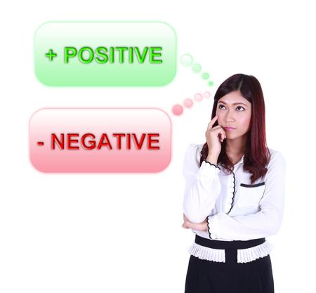 negative thinking: Femme d'affaires penser positif et n�gatif pens�e isol� sur fond blanc Banque d'images
